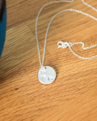 Round daisy pendant necklace